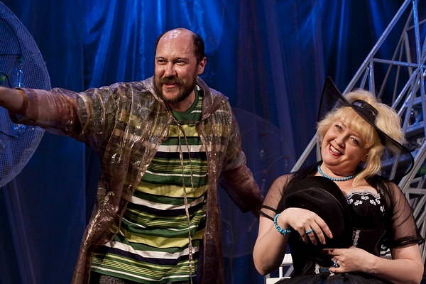 Роман Ерыгин (Сганарель) и Елена Ненашева (Жаклина) в спектакле «Лекарь поневоле»
