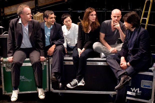 Ханс Ульрих Обрист (слева) с художниками обсуждают выставку «Время почтальона» на Манчестерском международном фестивале,