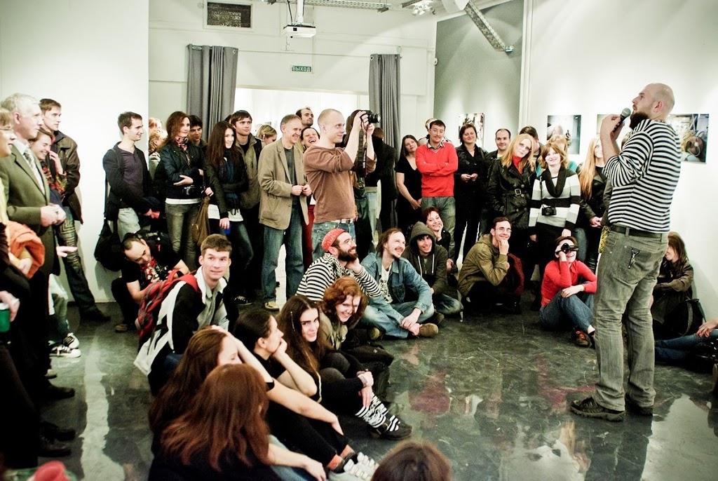 Поэт Виталий Красный на открытии выставки «EX: Напряжение», СЦСИ, 2011 (все фото из архива фестиваля)