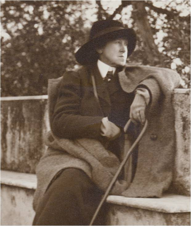 """Неизвестный фотограф """"Вернон Ли на прогулке с тростью"""" (1914)"""