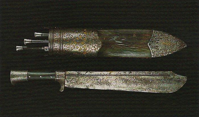 Охотничий прибор с монограммой Карла XII. Источник: Музей Московского Кремля.