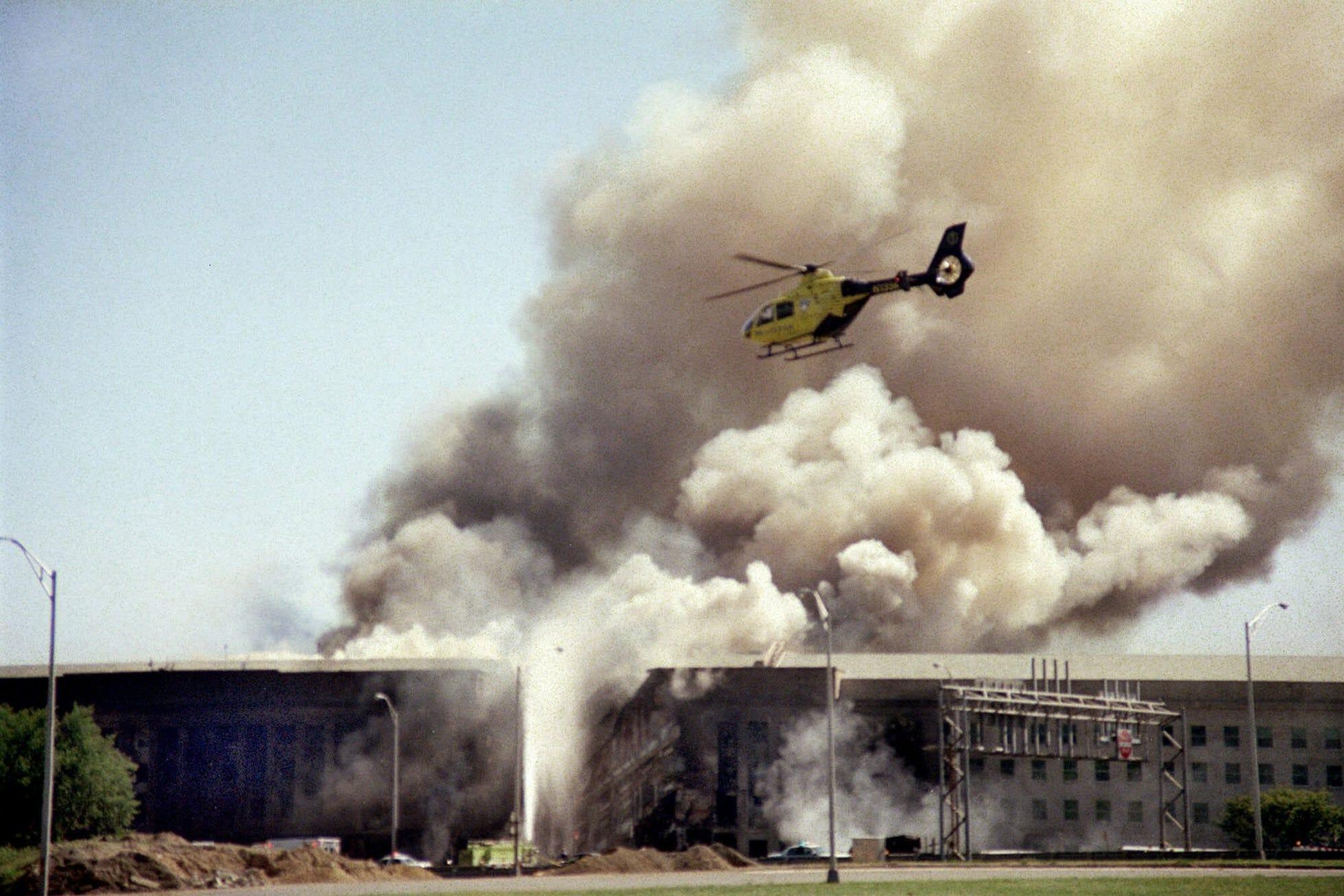 Здание Пентагона после того, как в него врезался угнанный террористами самолет