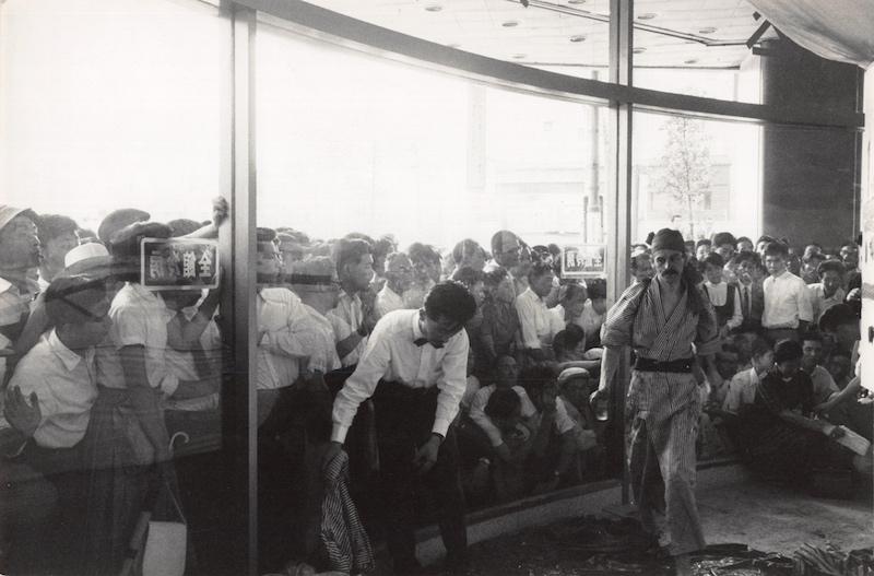 Жорж Матьё в процессе создания работы, универмаг «Сирокия», Токио. 1957 год. Фото: Франсуа Рене Ролан.