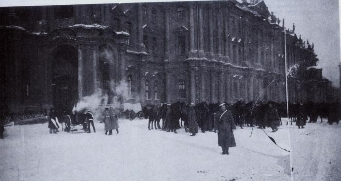 Солдаты перед Зимним дворцом в ожидании демонстрантов, 1905 год