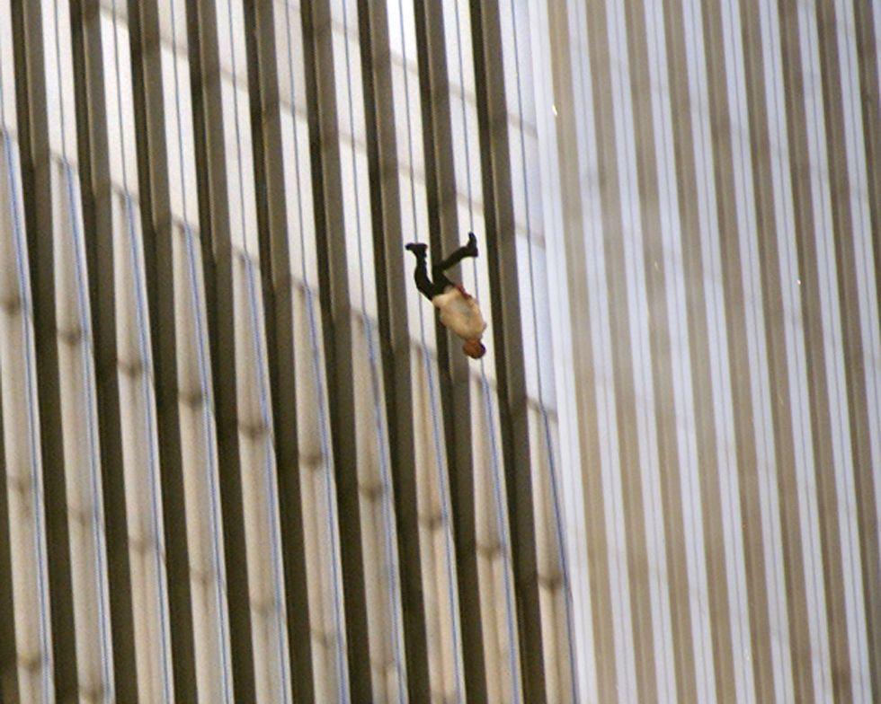 The Falling Man © Richard Drew / Человек падает из окна одной из башен-близнецов. Нью-Йорк, 11.09.2001