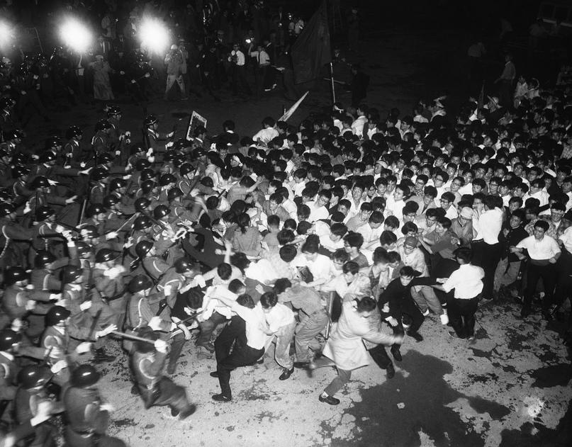 Одна из самых известных фотографий протестов в Японии. Дзэнгакурэн сражаются с полицией возле здания Парламента в Токио в