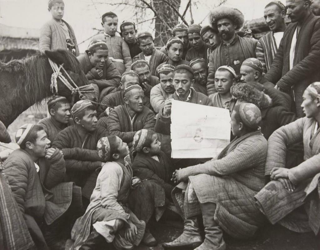 <i>Мохаммед Дадабаев читает Указ о земельных и водных реформах.Георгий Зельма. 1920-е годы</i>