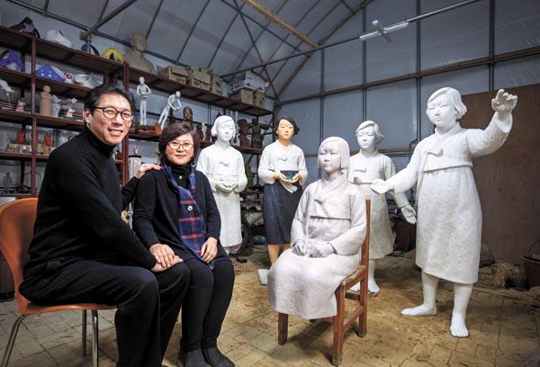 Ким Сео-Кюн и Ким Юн-Сун в своей мастерской. Courtesy:Park Sang-Moon