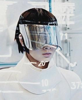 Грейс Гуожи в съемке Shenzhou-9. Фотограф — Марк де Грут. (Нидерландский VOGUE, сентябрь 2012.)