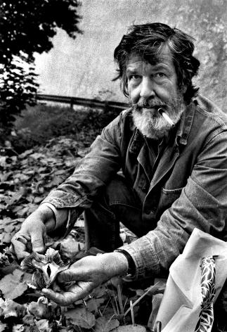 Кейдж собирает грибыв Гренобле, Франция.1972