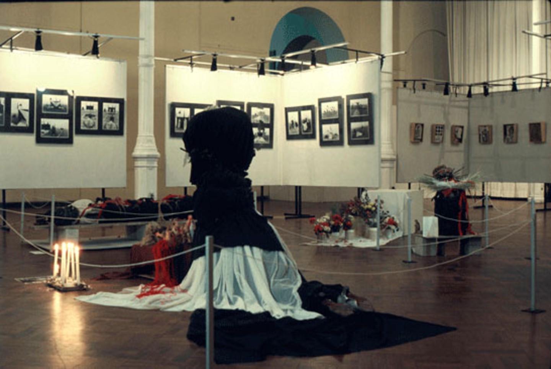 Група Чаклакайо, Peru, un sueño [Перу… мечта], Museo de Arte de Lima, 1984. Вид инсталляции с серией коробок-сборок Рауля