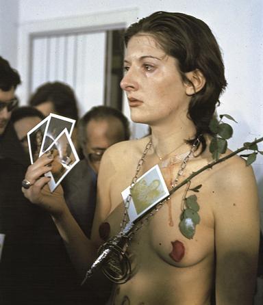 Марина Абрамович во время перформанса Ритм 0 (1974)