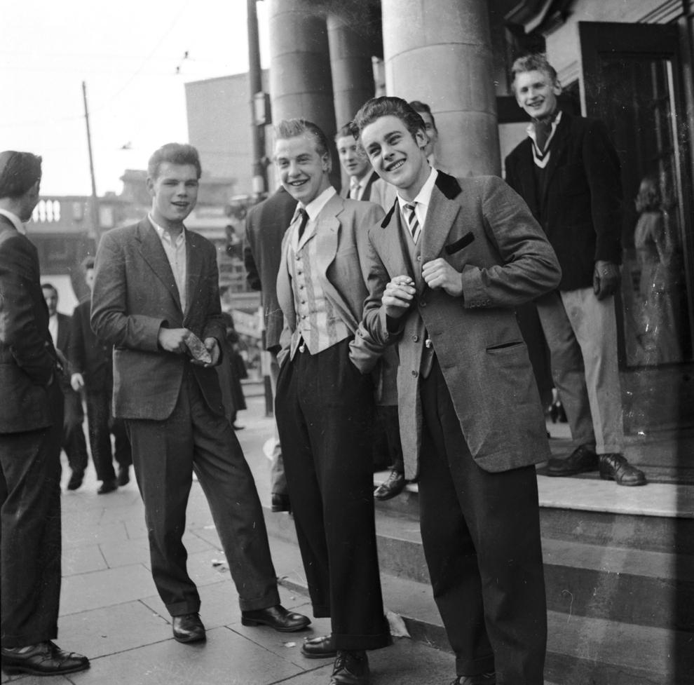 Московские стиляги у здания Центрального телеграфа на «Броде» (улице Горького), начало 1960-х. Стиляга на переднем плане