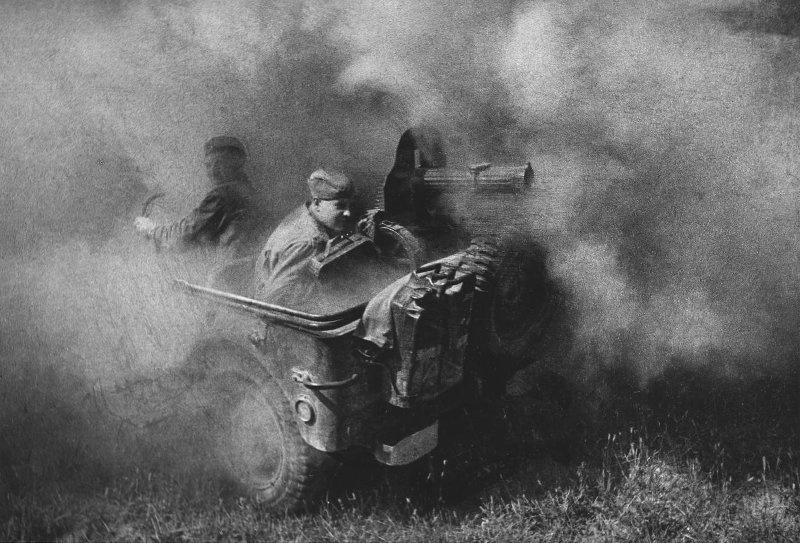 Ефрейтор Степан Овчаренко за пулеметом «Максим» на джипе «Виллис». Фото – Анатолий Егоров